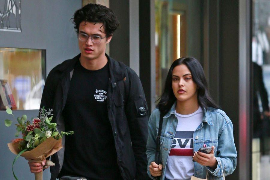 Camila Mendes et Charles Melton en octobre 2018