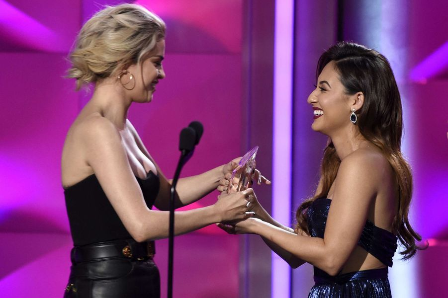 Selena Gomez avec Francia Raisa lors des Billboard Women in Music 2017, le 30 novembre 2017.