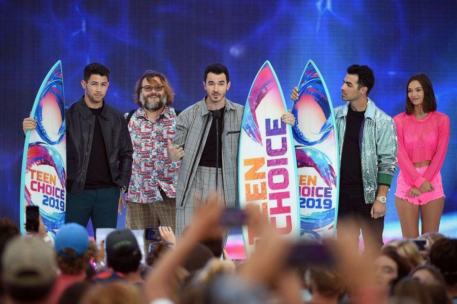 Les Jonas Brothers entourés de Jack Black