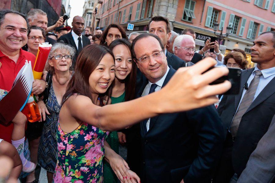 François Hollande et des touristes chinoises à Nice en septembre 2013