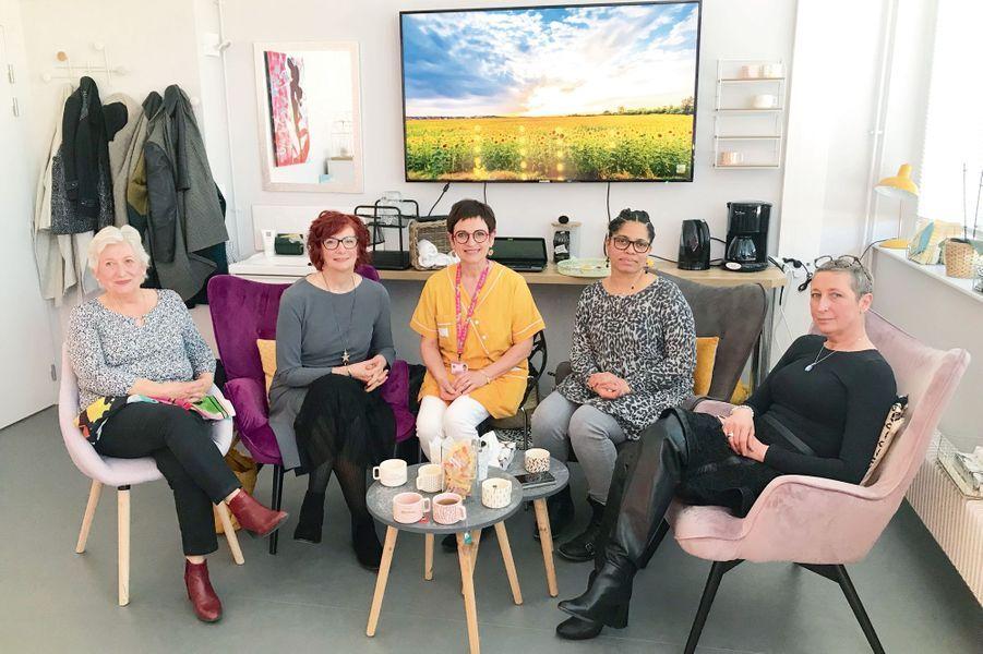 Véronique la socio-esthéticienne, au centre, entourée de quatre patientes (de g. à dr.) : Marcelle, Catherine, Nathalie et Edwige, le 21 mars à Nancy