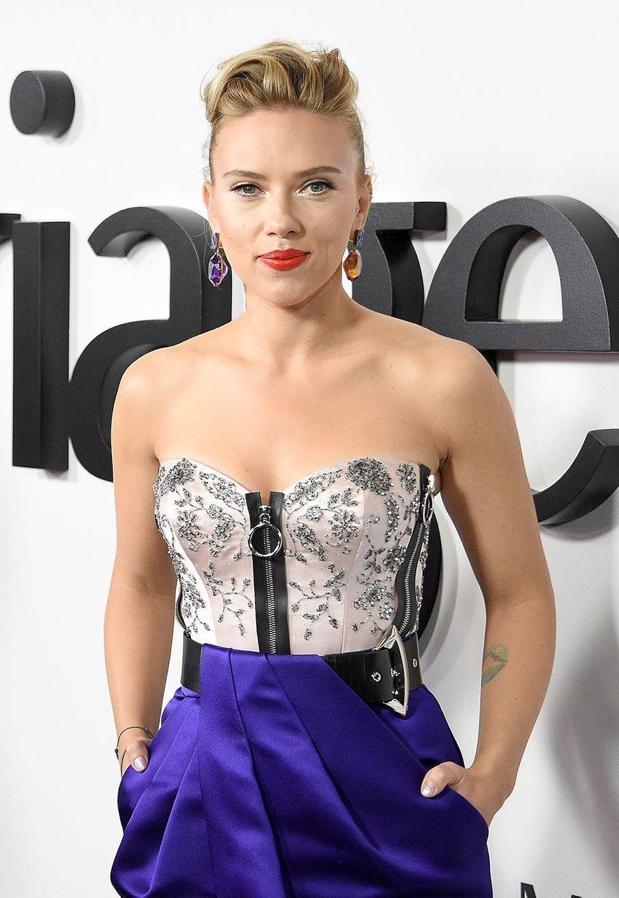 En décembre 2008, Scarlett Johansson a elle-même vendu sur eBay un mouchoir qu'elle avait utilisé deux fois au cours de l'émission de Jay Leno, «The Tonight Show». Les 2 000 dollars de la vente ont été reversés àl'association caritative USA Harvest.