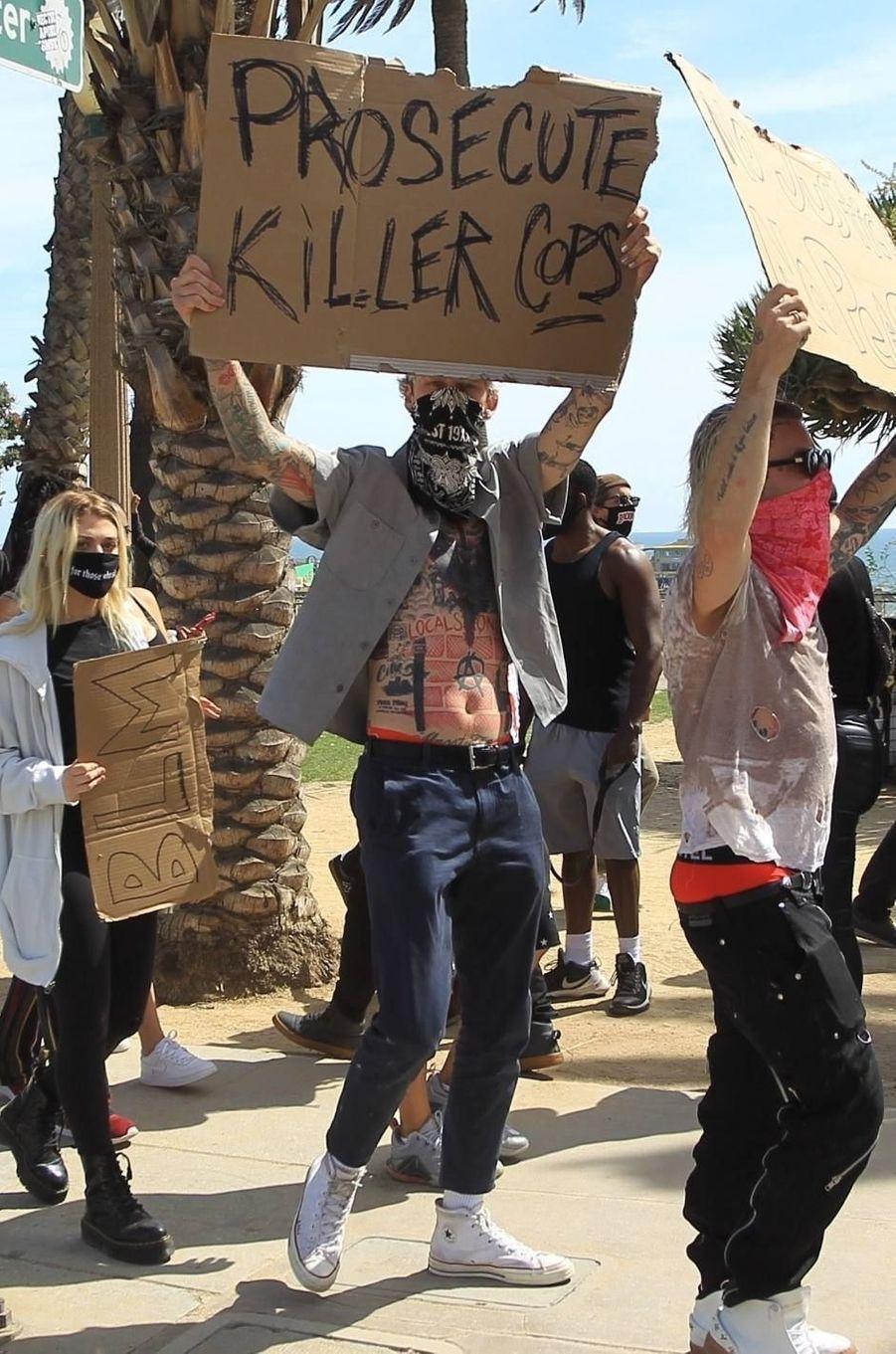 Machine Gun Kelly manifeste à Santa Monica le 31 mai 2020
