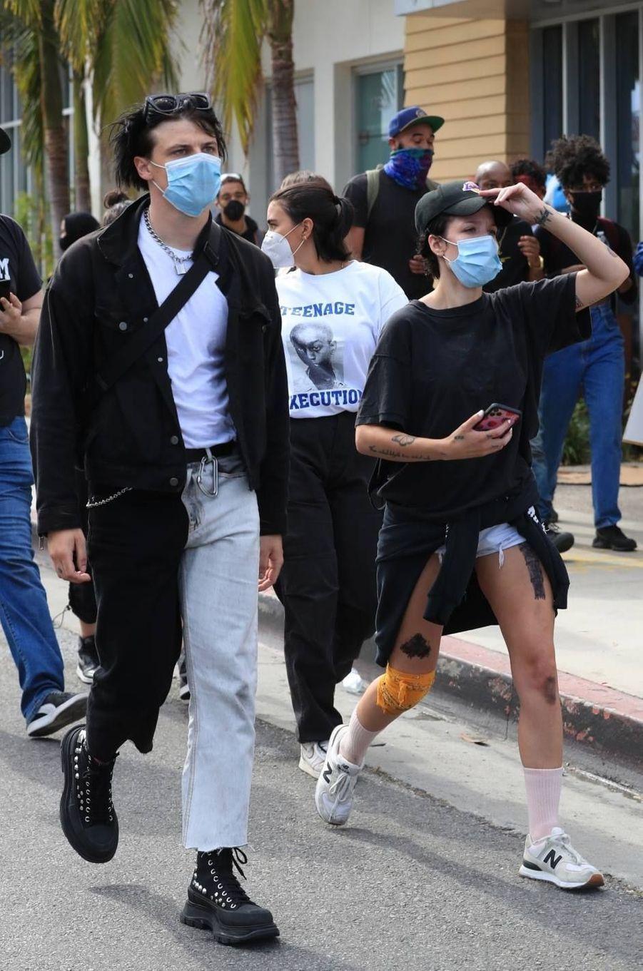 Yungblud et Halsey manifestentà Los Angeles le 30 mai 2020