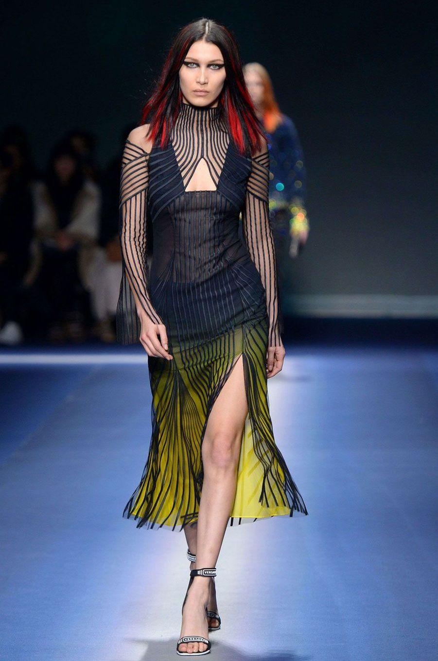 Bella Hadid défile pour Versace à Milan.