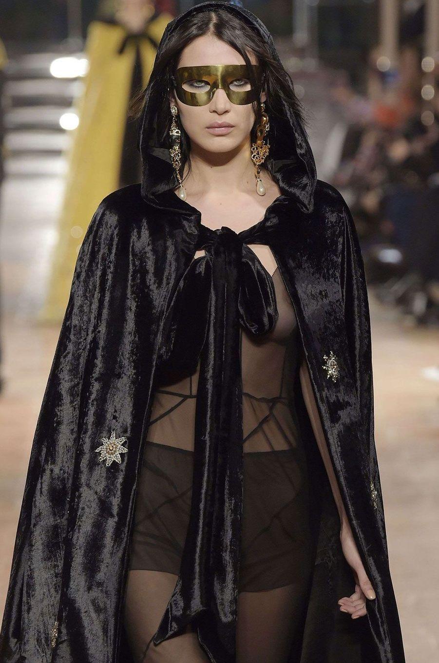 Bella Hadid pour Alberta Ferretti à Milan.