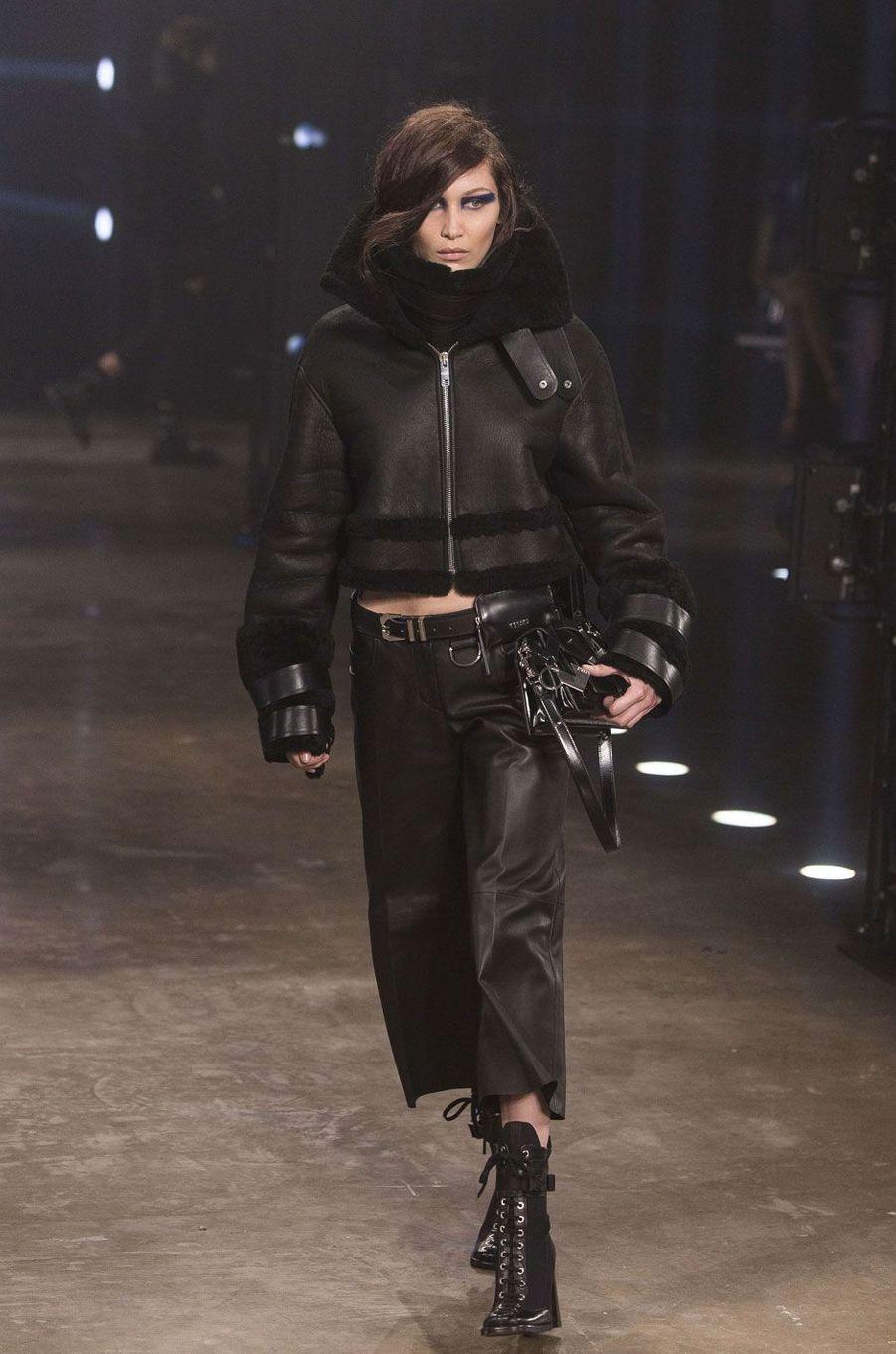 Bella Hadid défile pour Versus Versace à Londres.