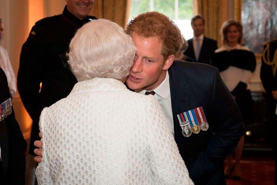 La Queen félicite son petit-fils Harry avant un spectacle à Londres en 2015.