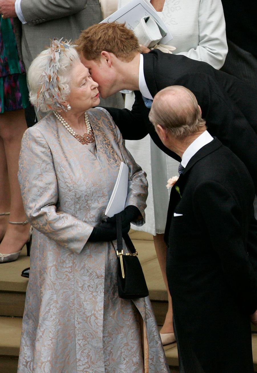 Harry embrasse sa grand-mère Elizabeth II après le mariage de Peter Philips et Autumn Kelly à Windsor en 2008.