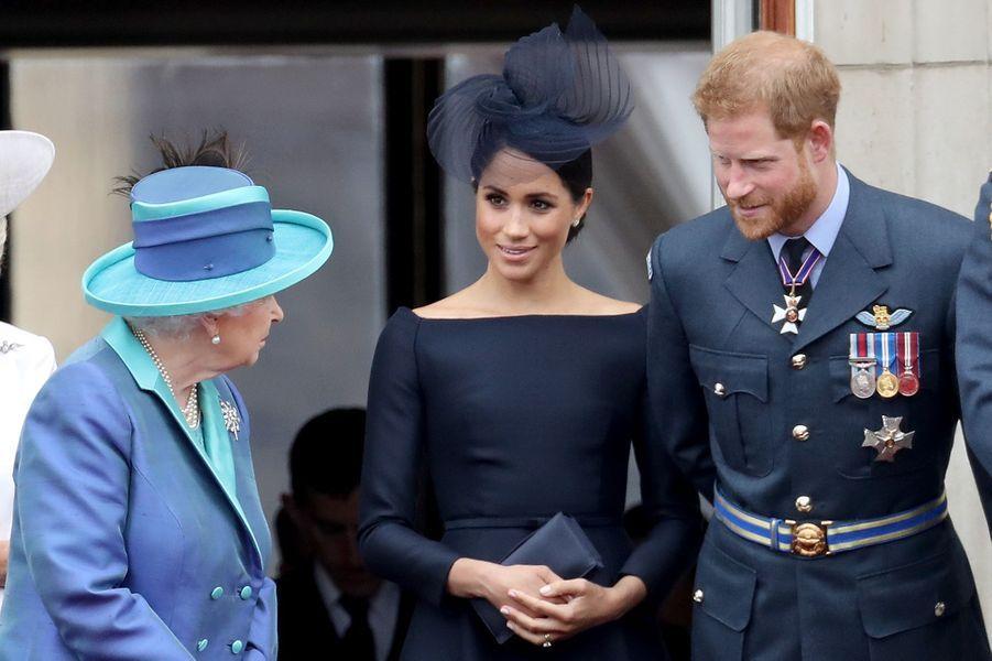Elizabeth II se tient sur le balcon de Buckingham Palace avec Harry et Meghan Markle en 2018.