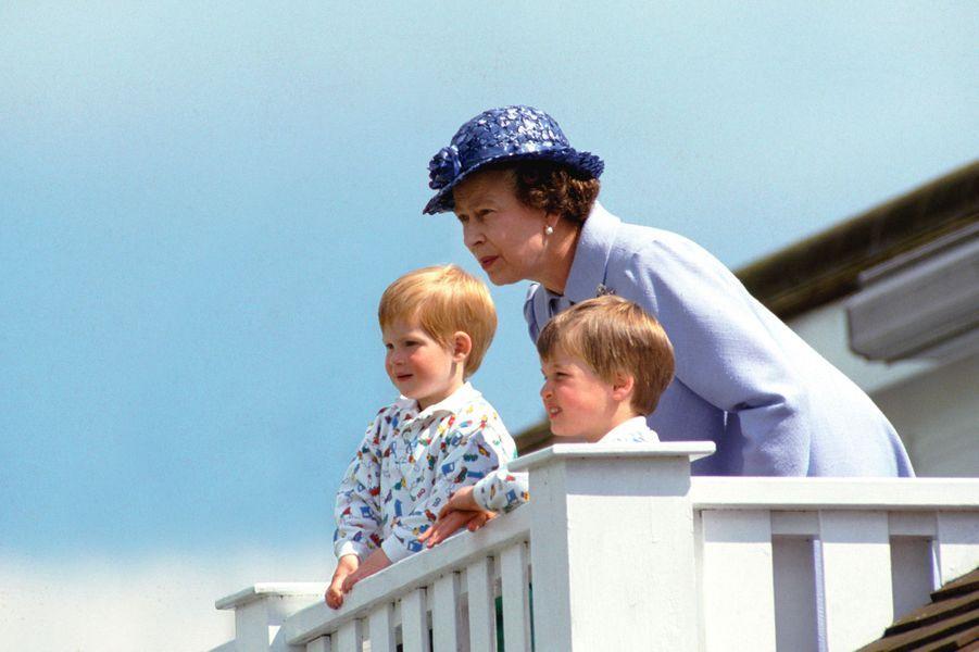 Elizabeth II avec ses petits-enfants William et Harry à Windsor en 1987.