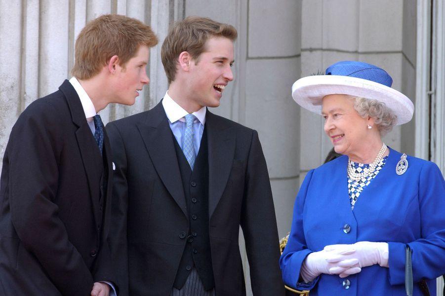 Elizabeth II avec William et Harry sur le balcon de Buckingham Palace en 2003.