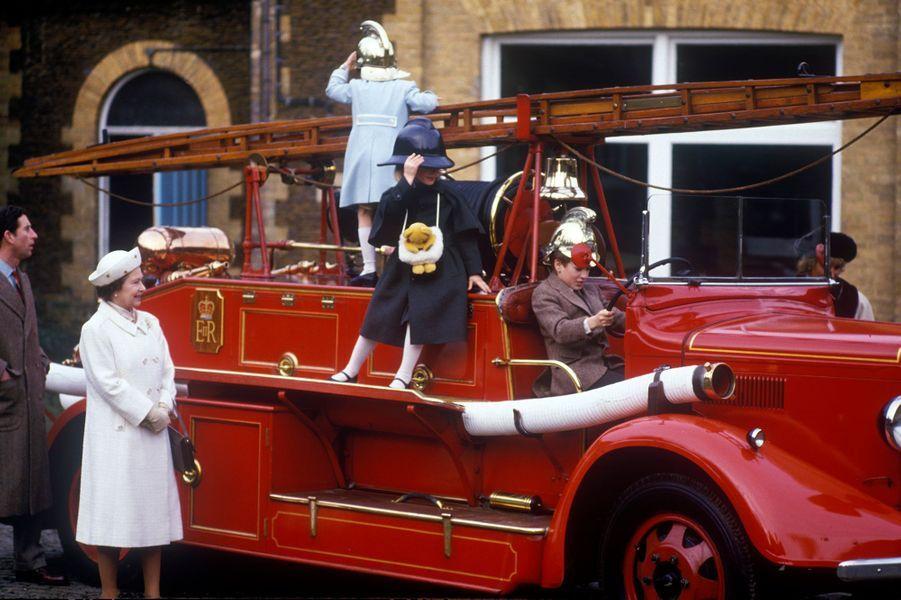 Elizabeth II entourée de son fils le prince Charles, de sa défunte femme Lady Diana, et de leurs enfants William et Harry au musée deSandringham en 1988.