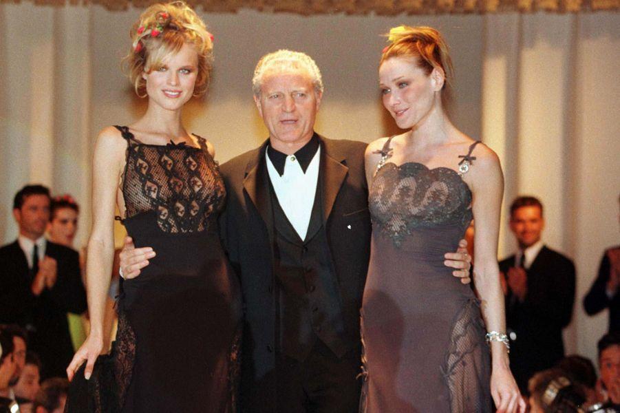 Carla Bruni, Eva Herzigova et Santo Versace à Istanbul, en mai 1997.