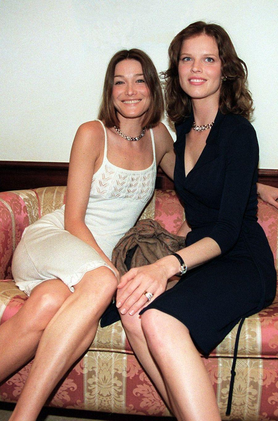 Carla Bruni et Eva Herzigovaà Cannes, en mai 1998.