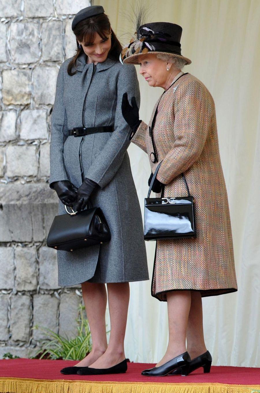 Carla Bruni et la reine Elizabeth II à Windsor, en mars 2008.