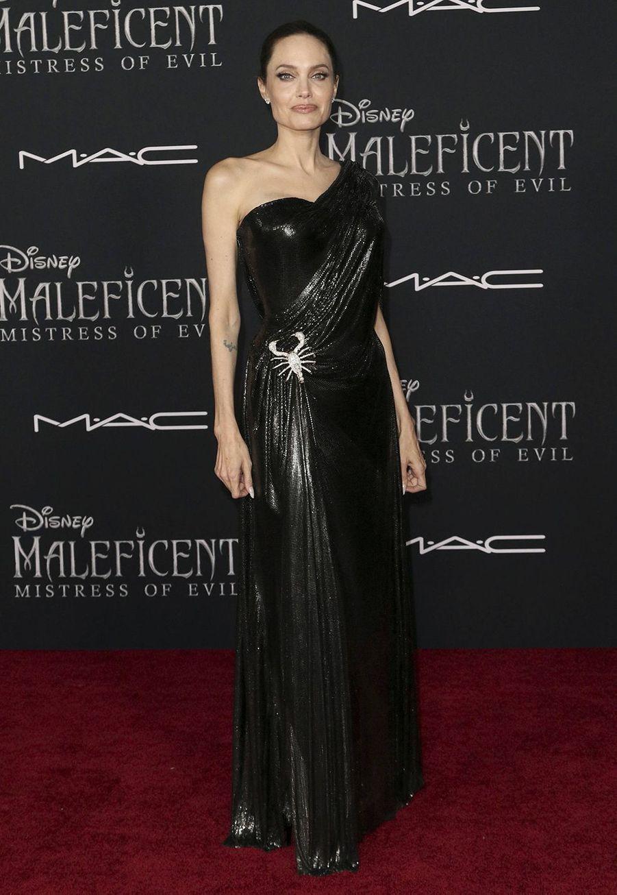 """Angelina Jolie en robe Versace pour la première du film """"Maléfique: Le Pouvoir du Mal"""" à Los Angeles le 30 septembre 2019."""