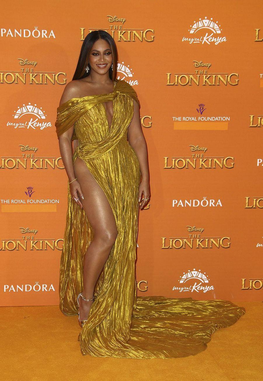 """Beyoncé en robeCong Tri pourlama première du film """"LeRoi Lion"""" à Londres le 14 juillet 2019."""