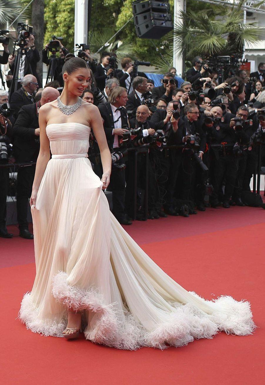 Camila Morrone en robe Miu Miu au Festival de Cannes le 22 mai 2019.