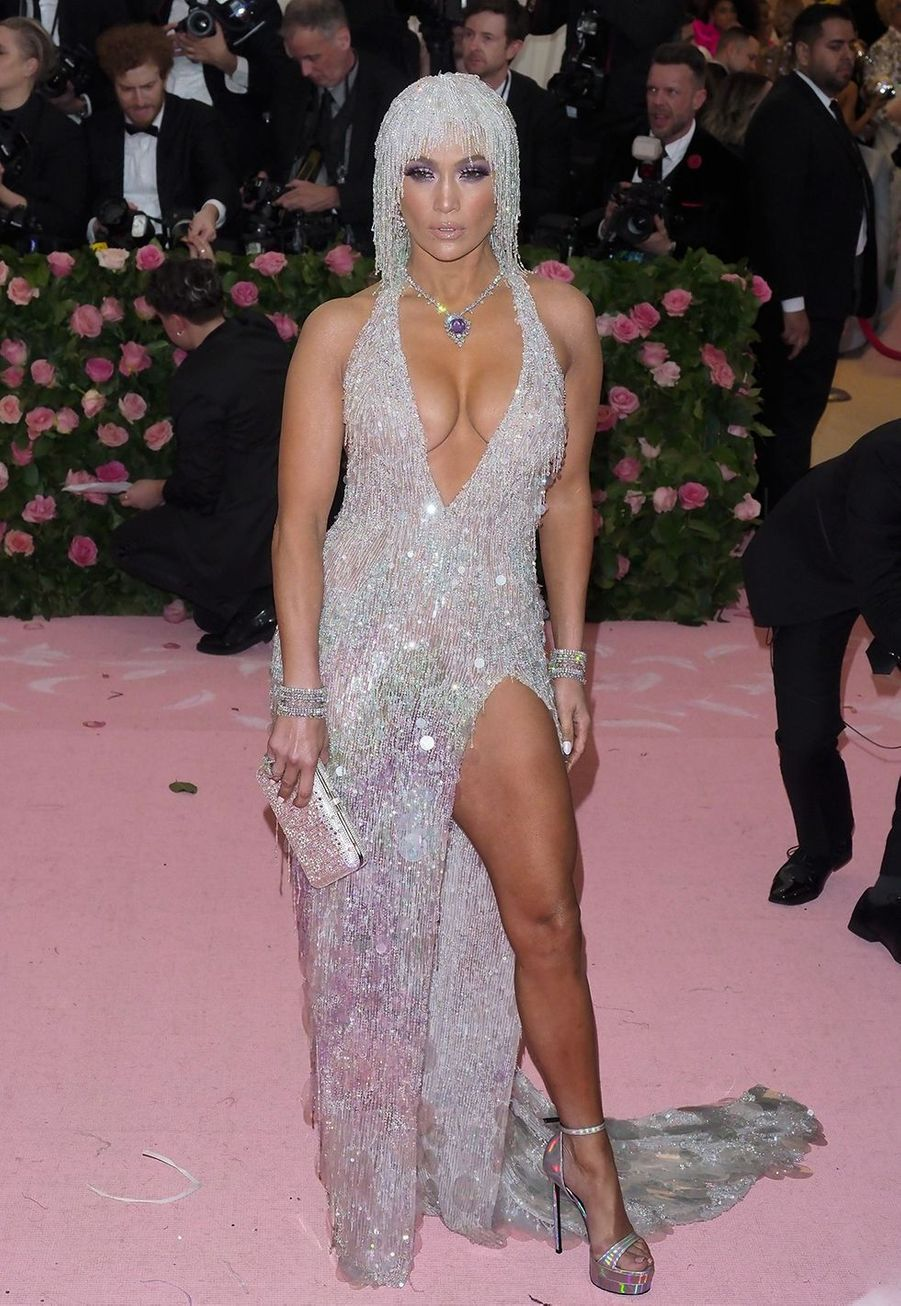 Jennifer Lopez en robe Versace au Met Gala à New York le 6 mai 2019.