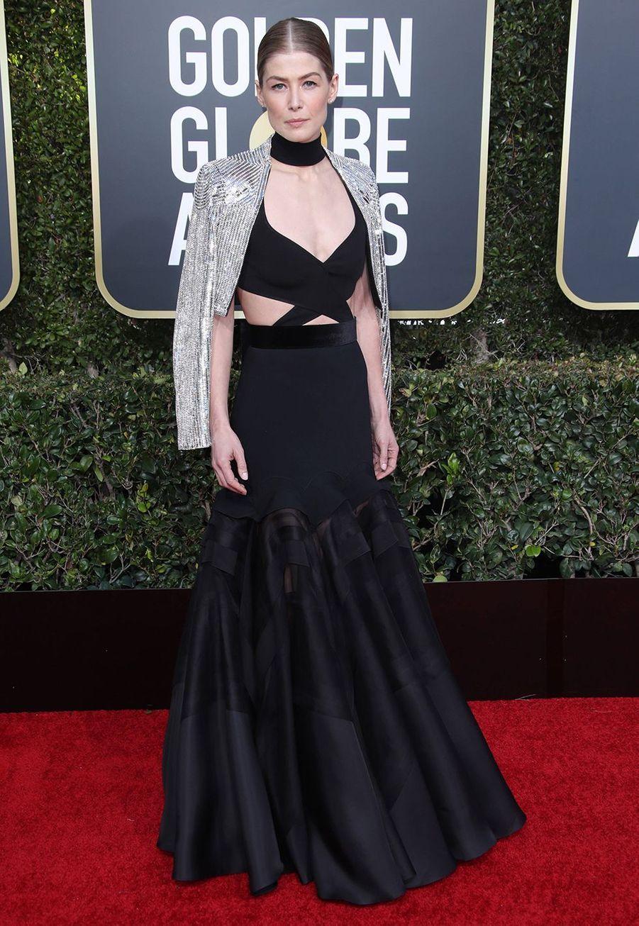 Rosamund Pike en robe GivenchyauxGolden Globes à Los Angles le 6 janvier 2019.
