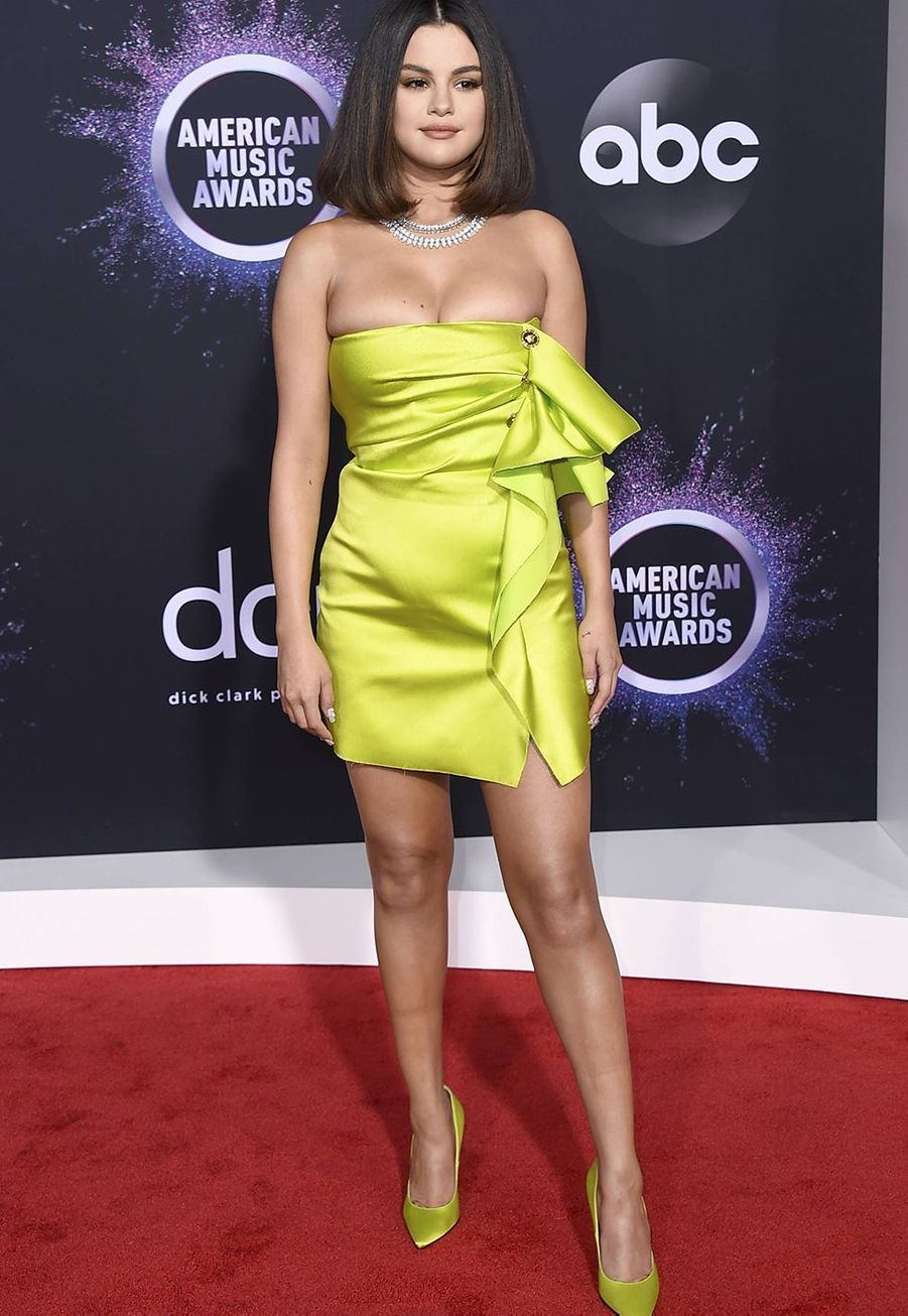 Selena Gomez en robe Versace aux American Music Awards à Los Angeles le 24 novembre 2019.
