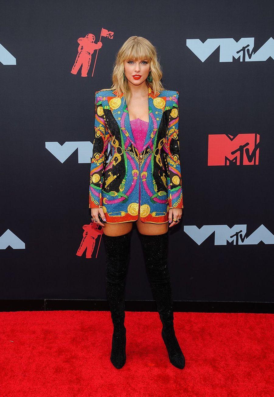 Taylor Swift avec une veste Versace aux MTV Video Music Awards à Newark le 26 août 2019.