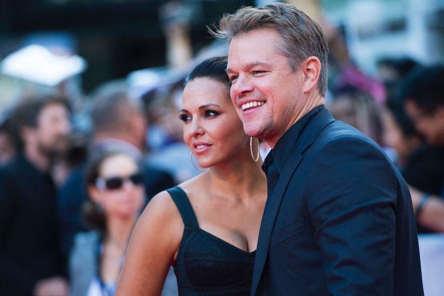 Matt Damon devait tourner le film«Deux en un» en 2003à Hawaï mais le projet a déménagé à Miami où l'acteur a rencontré la femme de sa vie, Luciana Barroso. Elle était à l'époque serveuse dans un bar auquel Matt Damon s'est rendu. Ils se sont mariés en 2005 et ont eu trois filles,Isabelle (14 ans), Gia (11ans), et Stella (9 ans).