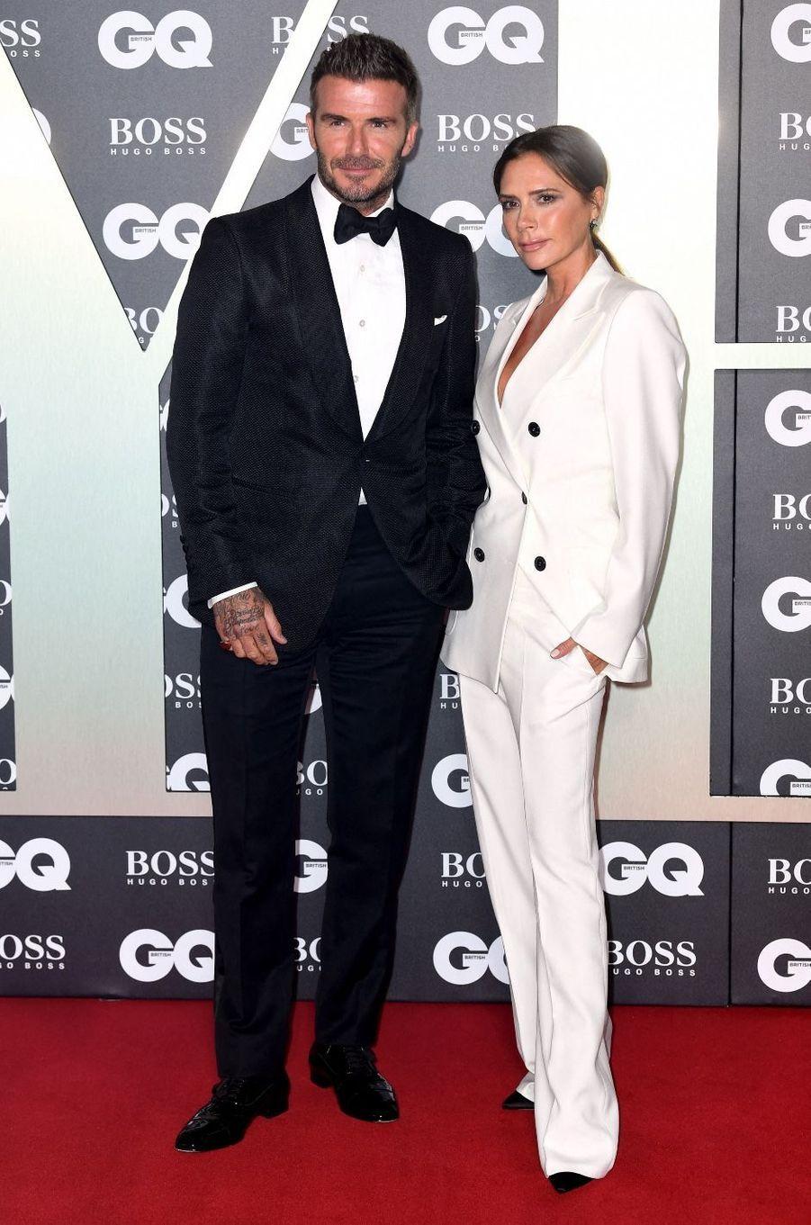Le couple formé par Victoria et David Beckham était comme une évidence. Assis avec un ami devant un clip des«Spice Girls», lemannequin a eu un coup de foudre pour la«fille aux cheveux noirs».«Je vais l'épouser, c'est mon idéal de perfection», avait-il annoncé à son ami. C'est lors d'une fête qu'ils se sont rencontrés pour la première fois, David Beckham a pris son courage à deux mains et lui a demandé son numéro qu'elle a noté sur un billet d'avion Londres-Manchester. Decette rencontre est né un couple iconique qui a accueilli de magnifiques enfants.