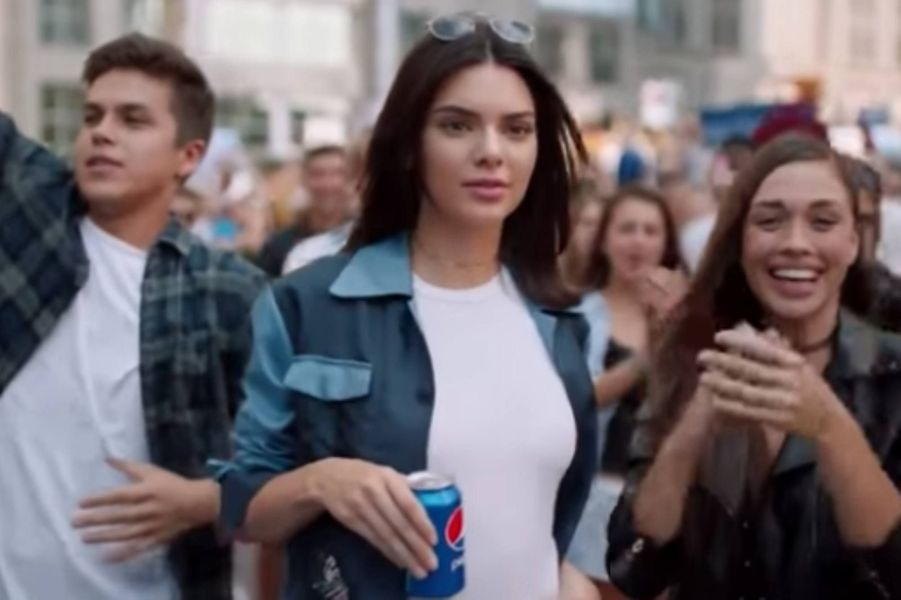 Kendall Jenner : en 2017, elle avait participé à une publicité pour la marque Pepsi, un spot qui avait créé la polémique en raison de son exploitation du mouvement Black Lives Matter. Dans «L'incroyable famille Kardashian», Kendall avait fait part de ses regrets. «Le fait que des personnes ont été blessées ou offensées, ce n'était vraiment pas mon intention», avait-elle dit en larmes.