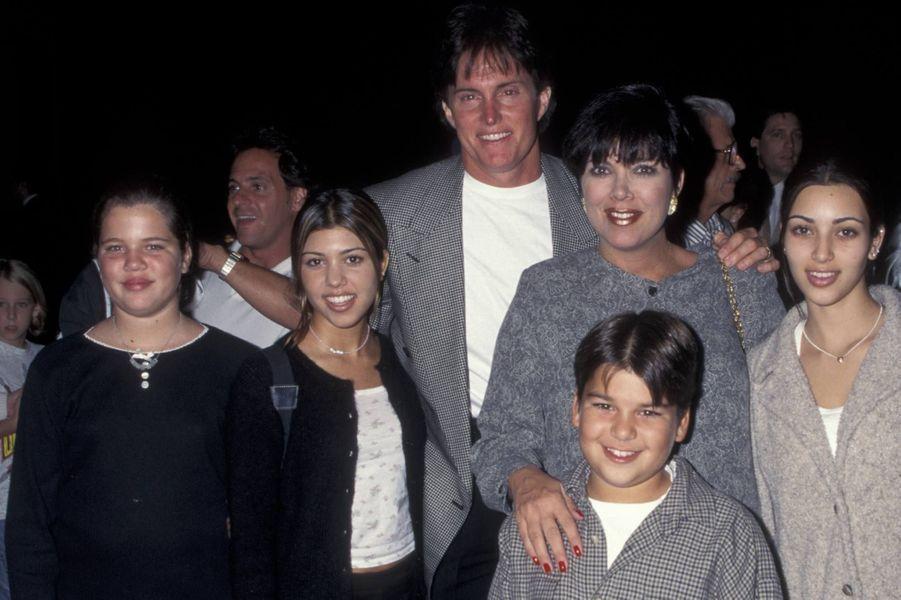 Le vrai père de Khloé Kardashian (ici avec sa famille en 1995) : les yeux clairs, la peau blanche, plus grande que ses frère et soeurs... Autant de traits physiques qui laissent entendre qu'elle n'est pas la fille biologique de Robert Kardashian. Selon une rumeur, jamais confirmée car c'est l'un des secrets les mieux gardés du clan, son père est Alex Roldan, l'ancien coiffeur de Kris Jenner. Le second prénom de Khloé, qui ressemble fortement à Roldan, est d'ailleurs Alexandra.