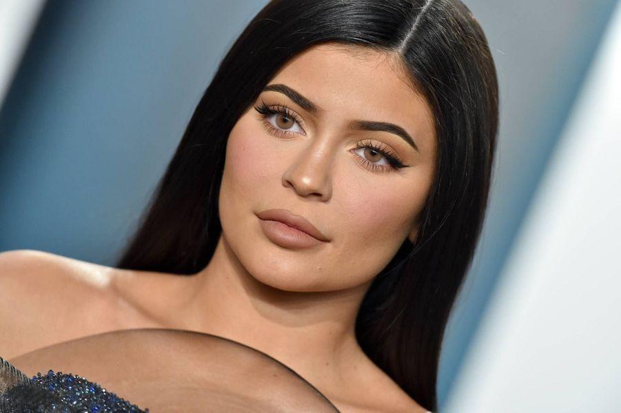 Kylie Jenner (ici en 2020) : en mai 2020, le magazine «Forbes» lui a retiré son titre de plus «jeune milliardaire au monde» après avoir constaté via des documents officiels de la société Coty, qui a racheté 51% de Kylie Cosmetics, qu'elle avait grossi le succès de sa marque. Kylie a démenti, mais sa crédibilité n'est pas vraiment ce qu'il y a de plus solide.