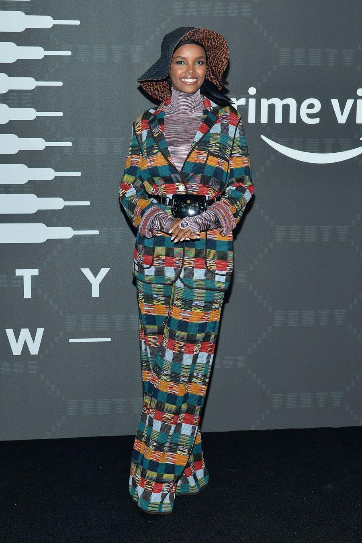 """Halima Aden au défilé de laligne de lingerie """"Savage X Fenty"""""""