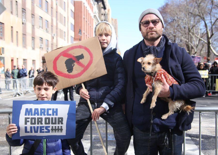 Liev Schreiber avec son chien et ses enfants Samuel et Alexander