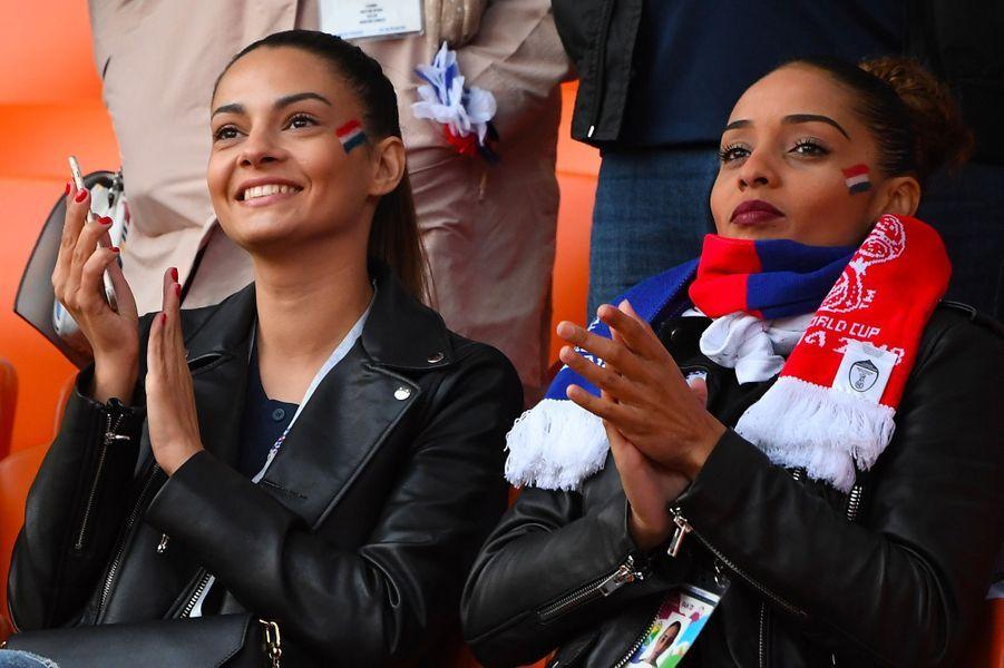 La compagne de Corentin Tolisso, Sarah, et la soeur du joueur, Marine dans les tribunes du match France-Pérou