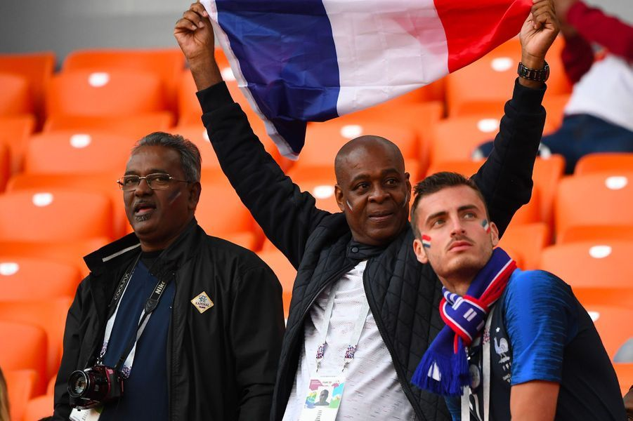 Les proches de Thomas Lemar, dont son père Edwige Lemar (au centre), dans les tribunes du match France-Pérou