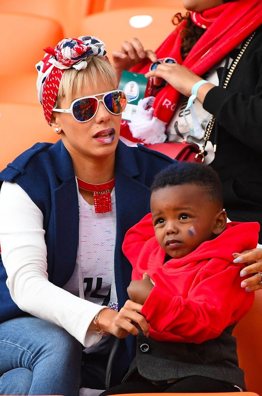 Isabelle Matuidi et son fils dans les tribunes du match France-Pérou