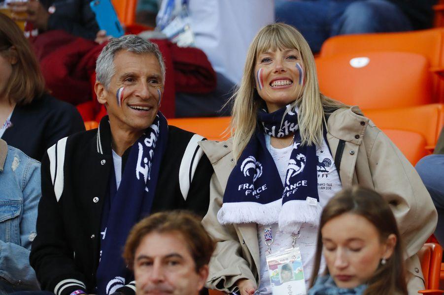 Nagui et son épouse Mélanie dans les tribunes du match France-Pérou