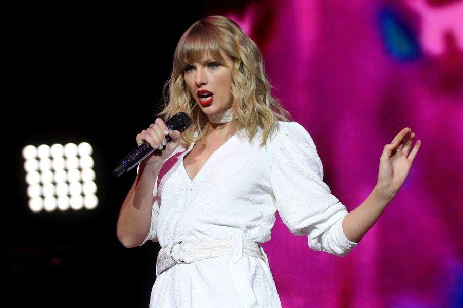 Taylor Swifta fait un don àl'Organisation Mondiale de la Santé et Feeding American. Elle a également aidé financièrement des fans qui ne peuvent plus travailler à cause du coronavirus.