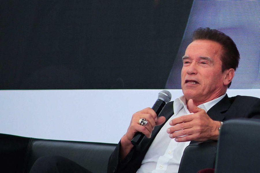 Arnold Schwarzenegger a fait don d'un million de dollars à la levée de fondsFrontline Responders Fund pour financer du matériel médical aux hôpitaux.