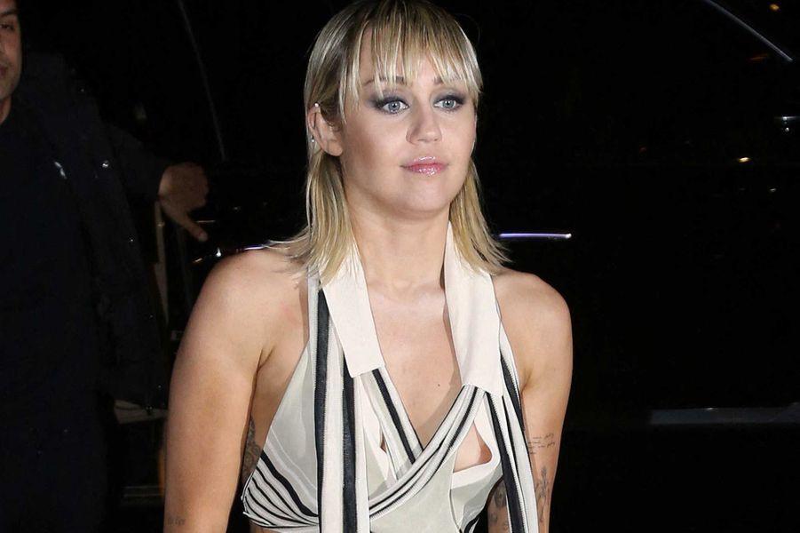 Miley Cyrus a tissé un partenariat avec une marque d'accessoires de cheveux qui reversera de l'argent de ses ventes à l'organisme Feeding America.