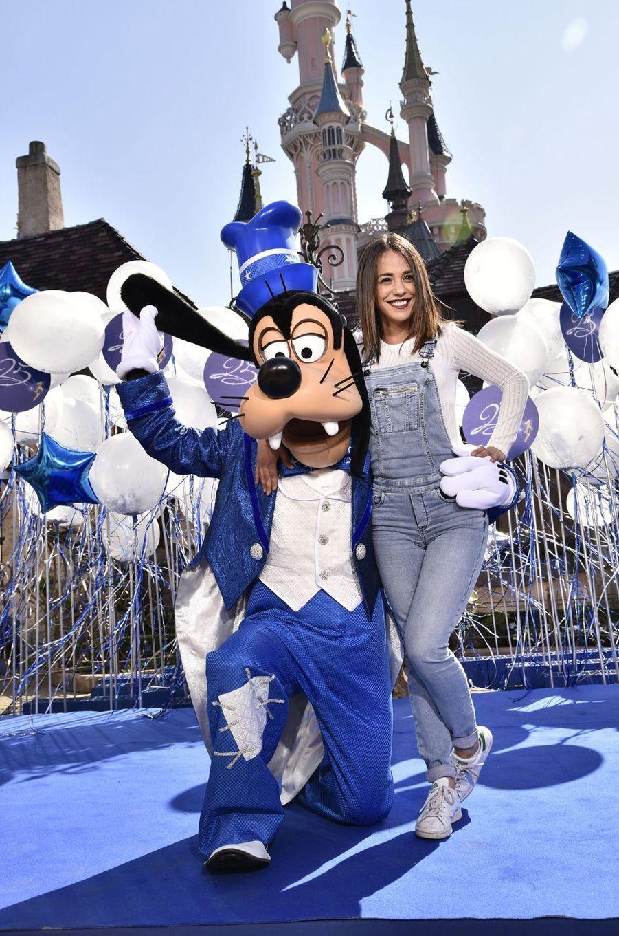 Alice Belaïdià Disneyland Paris.