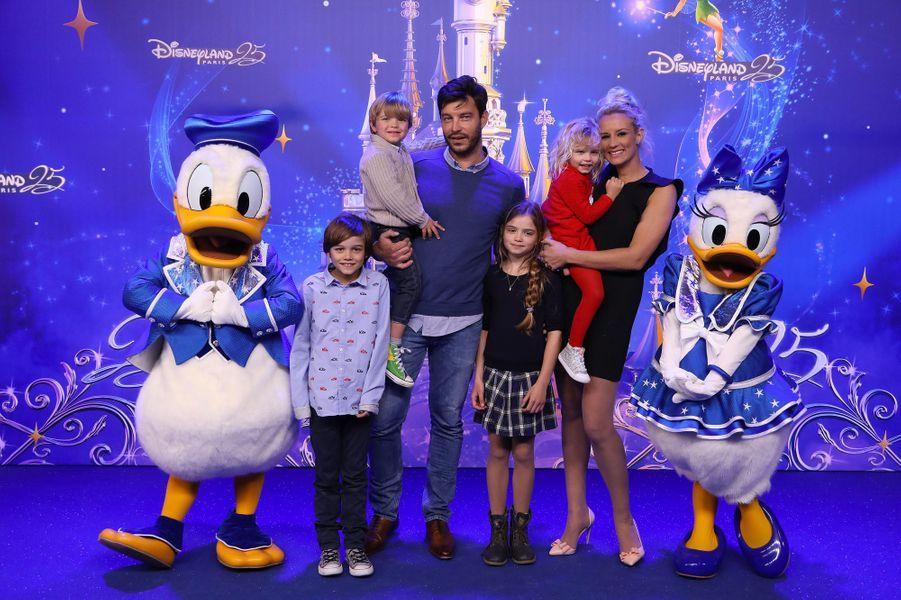 Elodie Gossuin, son mari Bertrand et leurs enfantsà Disneyland Paris.