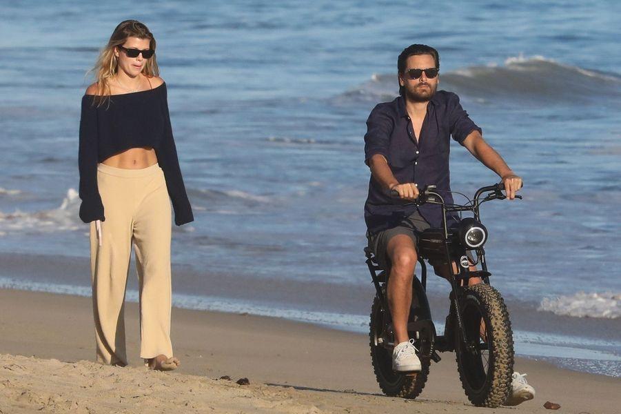 Sofia Richieet Scott Disick (sur son vélo électrique) sur une plage de Malibu le 26 avril 2020