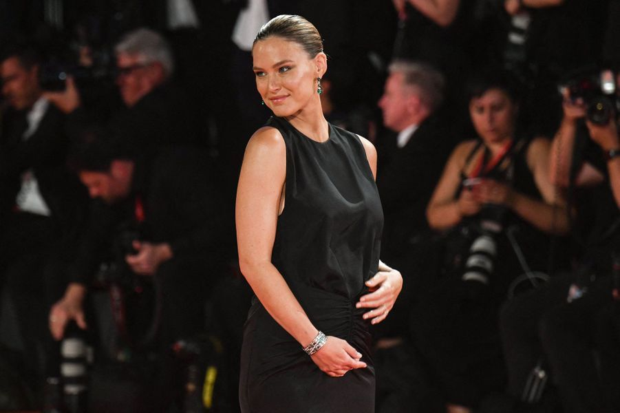 Bar Refaeli a mis au monde son troisième enfant, un petit David, en janvier 2020. Avec son mari Adi Ezra, elle est aussi la mère de deux petites filles.