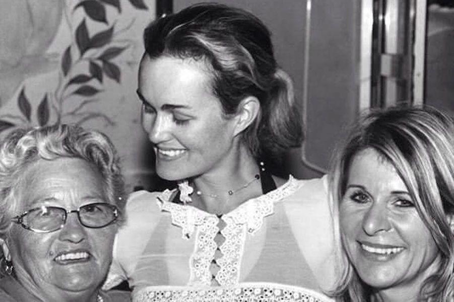 Laeticia Hallyday sans maquillage, avec sa mère et sa grand-mère