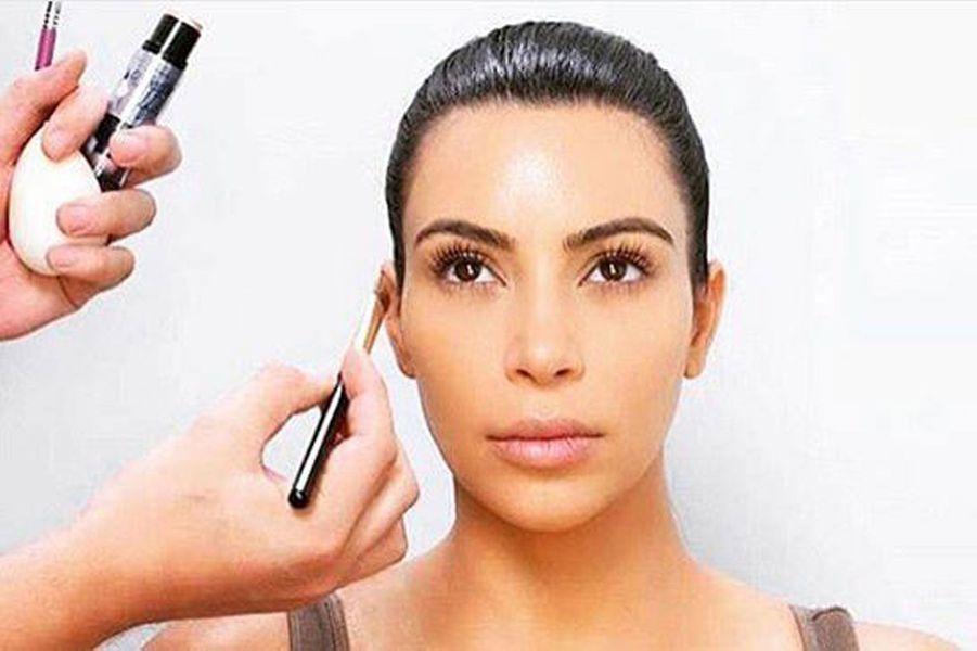 Kim Kardashian avant de se faire maquiller.