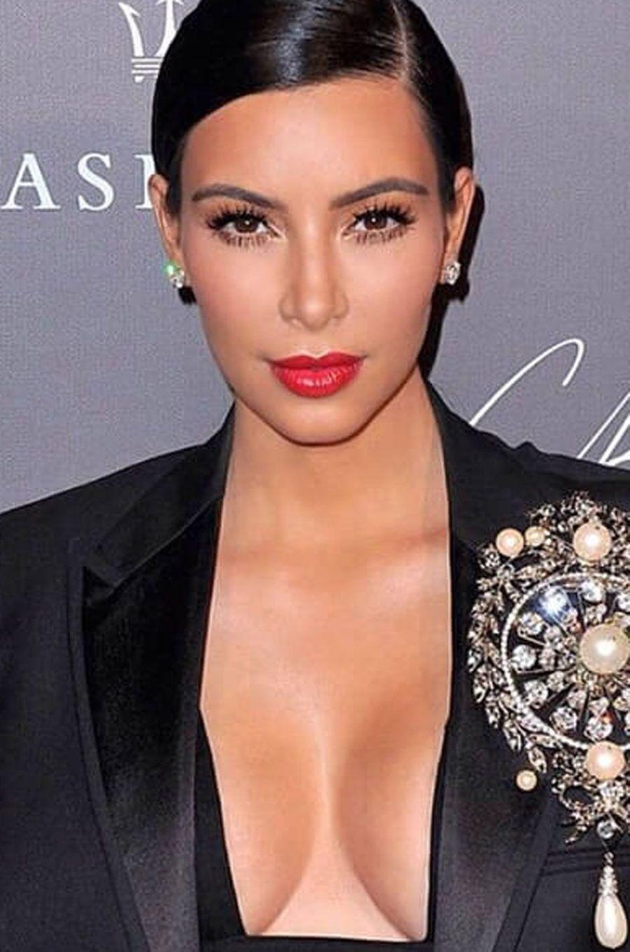 Kim Kardashian avec un rouge à lèvres vif.