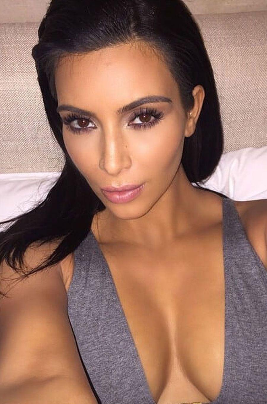 Kim Kardashian prête pour sortir.