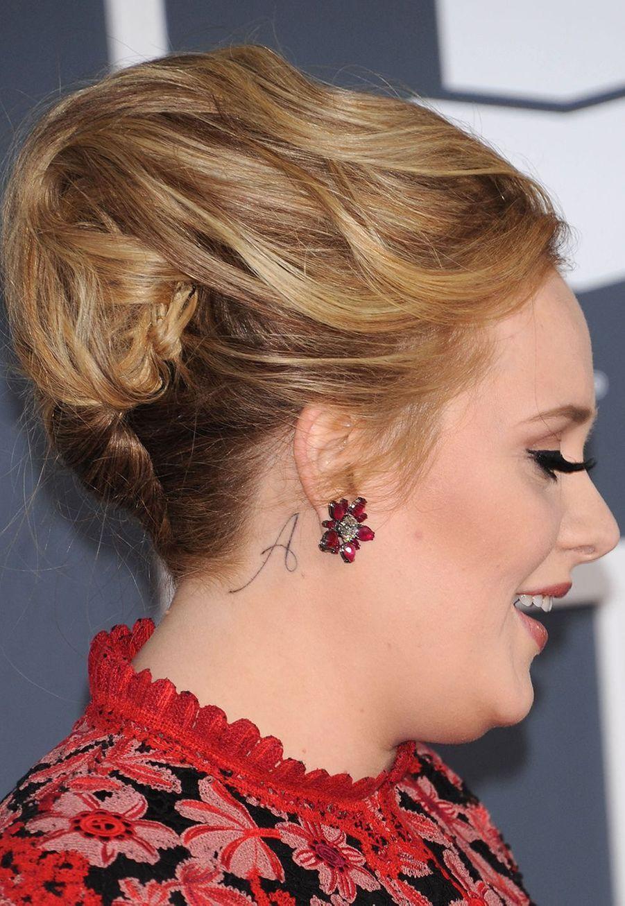Adele s'est fait tatouer un A calligraphié derrière l'oreille en l'honneur de son fils Angelo (né en 2012).